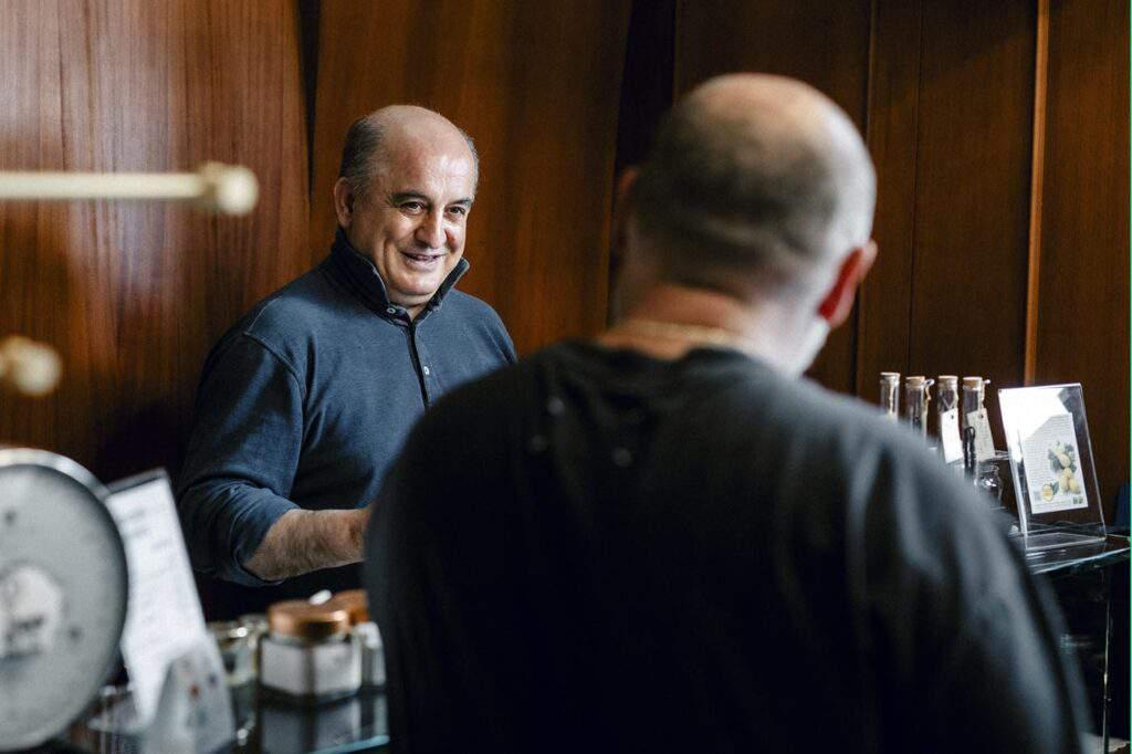 zio Franco che parla con Chef Martucci - Mokambo Gelateria artigianale a Ruvo di Puglia - Bari